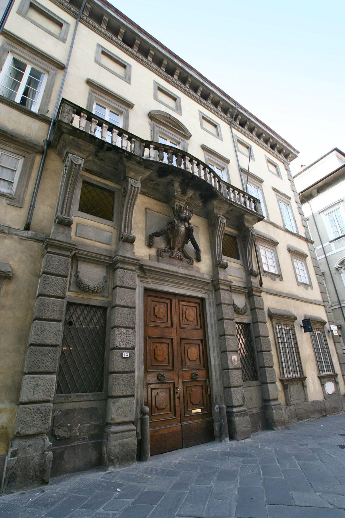 01 - Facciata ed ingresso del palazzo